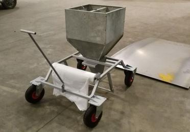 Carro repartidor de pienso y papel para granjas avícolas