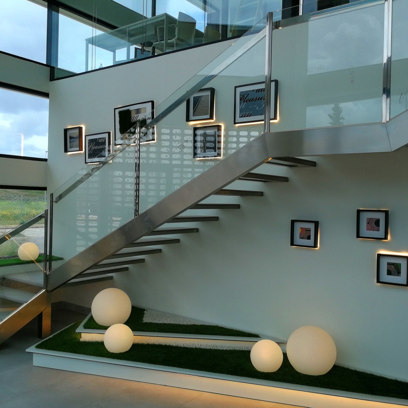 Conjunto de escalera, barandilla y pasamanos de acero inoxidable y vidrio