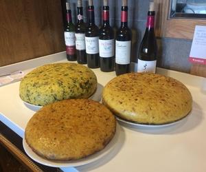 Tres tortillas del día, con queso, grelos y cebolla.
