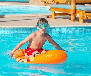 ¿Cómo tiene que ser una piscina infantil?