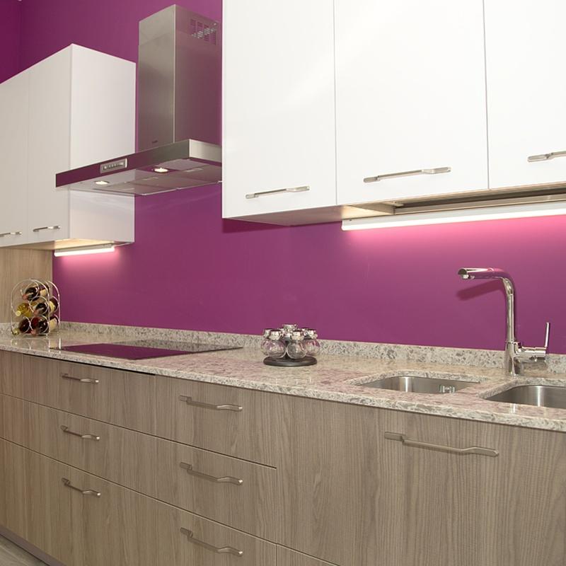 Cocina contemporánea con muebles de cocina a dos colores y encimera cuarzo imitando el granito