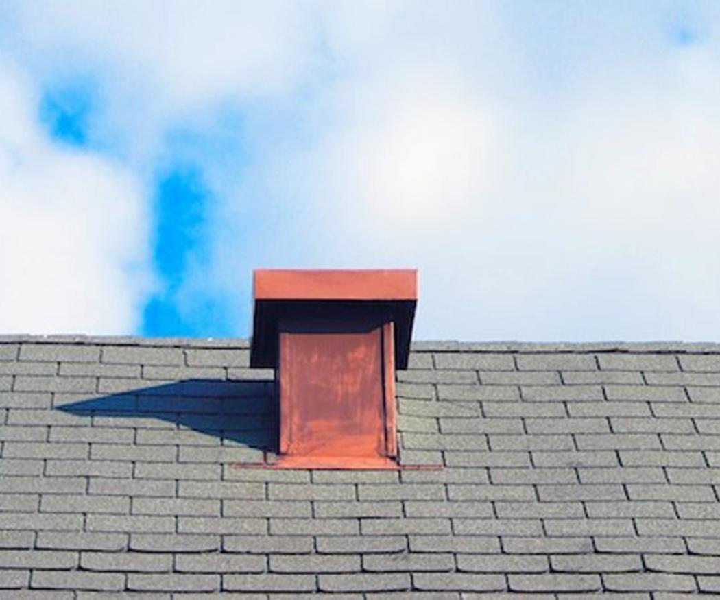 Una revisión a tiempo del tejado puede evitar una reparación muy costosa