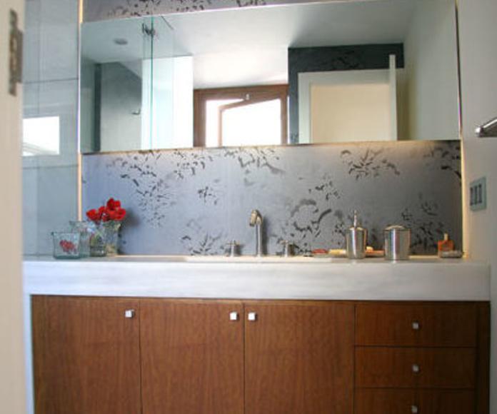 Vista general del mueble del baño, donde se puede apreciar el grosor de la encimera en una pieza.