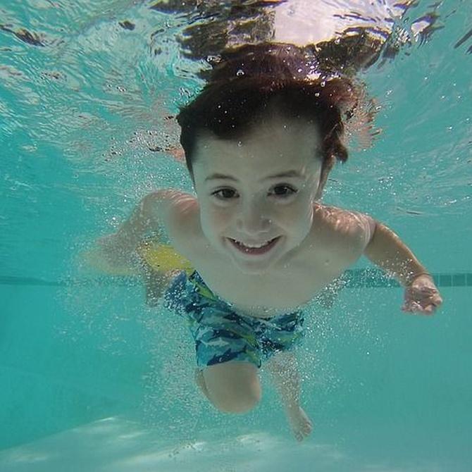 ¿Por qué se nos irritan los ojos en piscinas?
