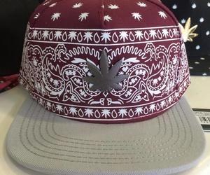 Venta de gorras con insignia de marihuana