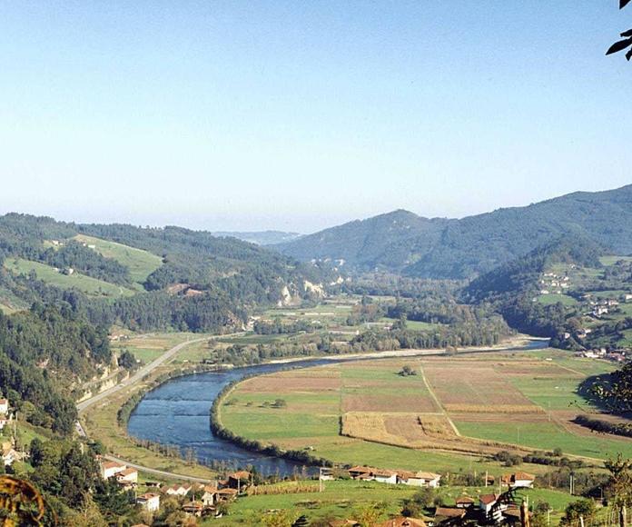 Vista del valle del rio Narcea ,desde  la Casona
