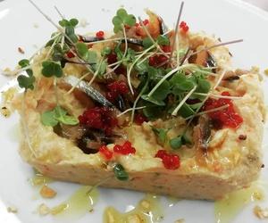 Ensaladilla de jengibre, mayonesa de soja, sardina ahumada y quicos