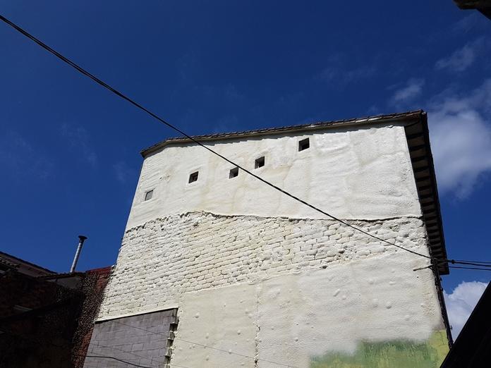 pared exterior aislada térmicamente e impermeabilizada con poliuretano proyectado.