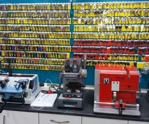 Duplicado de llaves y mandos a distancia - Tienda calle Clara del Rey, 81