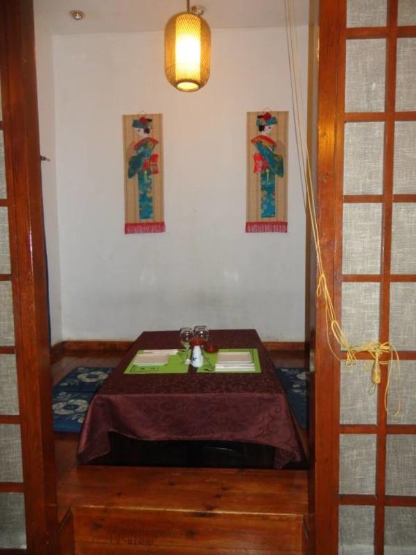 Restaurante japonés en Les Corts, Barcelona, con variedad de platos en Yoshino