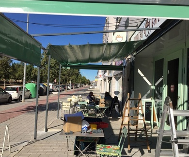 Cerramiento de terraza con toldos en Alicante MISTER GALLETA CAFE