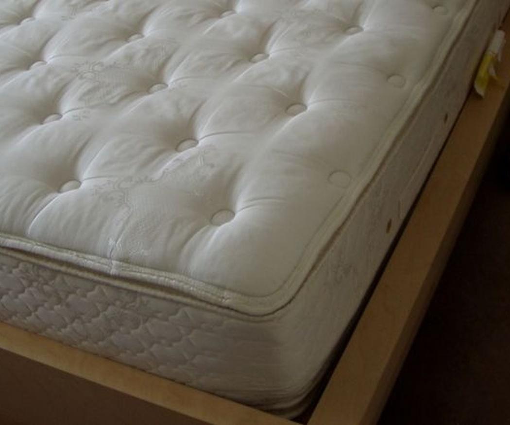 ¿Por qué es recomendable girar y voltear el colchón?