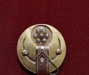 Broche en oro amarillo y rosa de 18k con perlas aljófar. Finales S.XIX