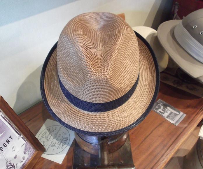Sombrero bicolor. Es muy fresco y flexible.