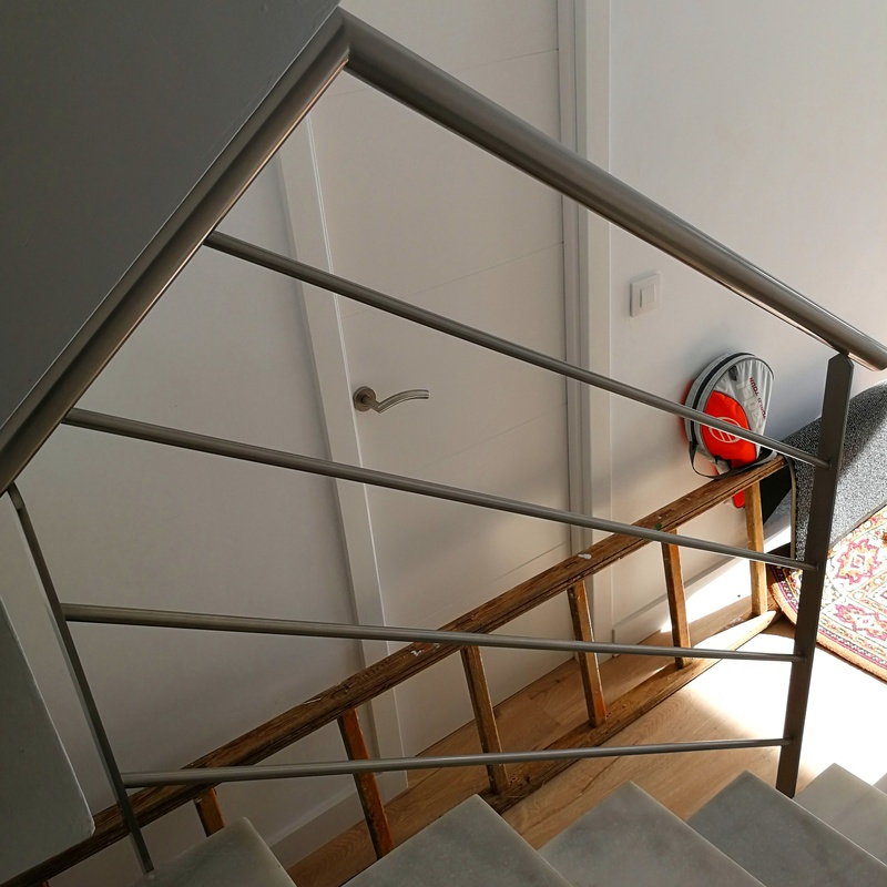 Barandilla de acero inoxidable con diseño sencillo y elegante