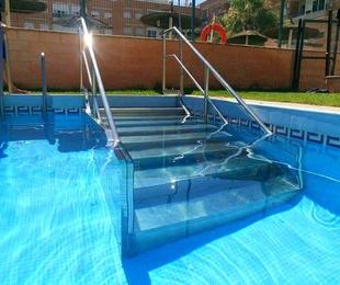 Escalera para piscina con barandilla de acero inoxidable