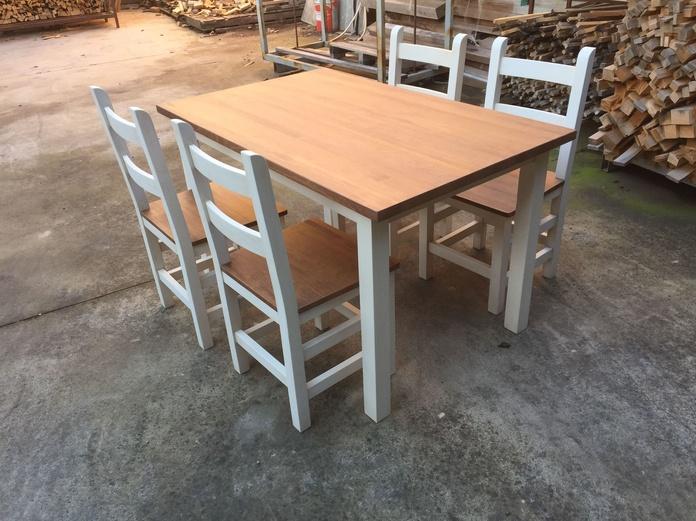 Conjunto de mesa y silla en pino: Catálogo de Arsyma Alfaro