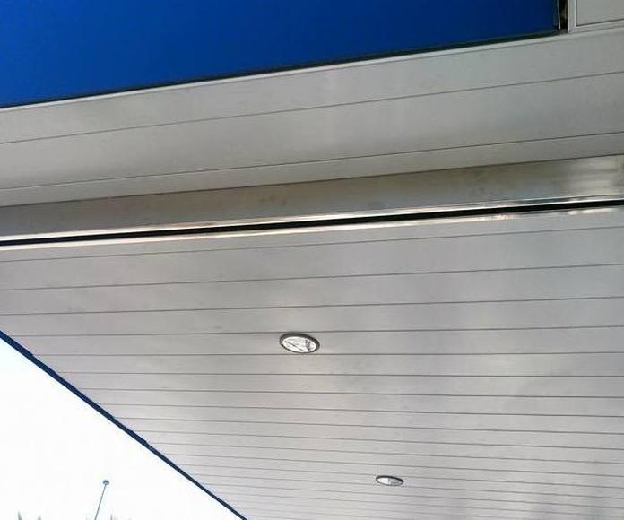Mampara de vidrio con soportes de acero inoxidable diseñado y fabricado a medida y montado en centro comercial.
