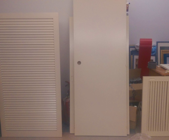 3 de las 350 puertas de madera lacadas en cabina presurizada para los apartamentos Mar y Vent