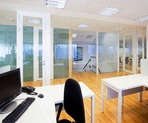 Empleados más contentos con mamparas de oficinas