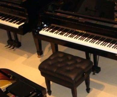 Pianos Yamaha en la calle Sicilia,Barcelona, en L'Art Guinardó, tienda con un amplio stock