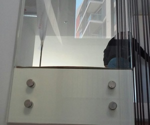 Barandilla de vidrio fijada a forjado