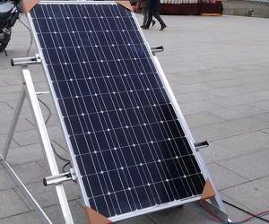 Instalación de placa solar en la Fira de la Energia de Rubí
