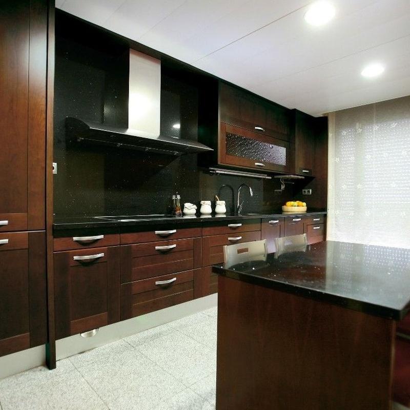puerta de madera enmarcada barnizada en tono oscuro Luxe Cocinas Leganés