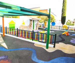 Amplios patios para que los niños disfruten del aire libre