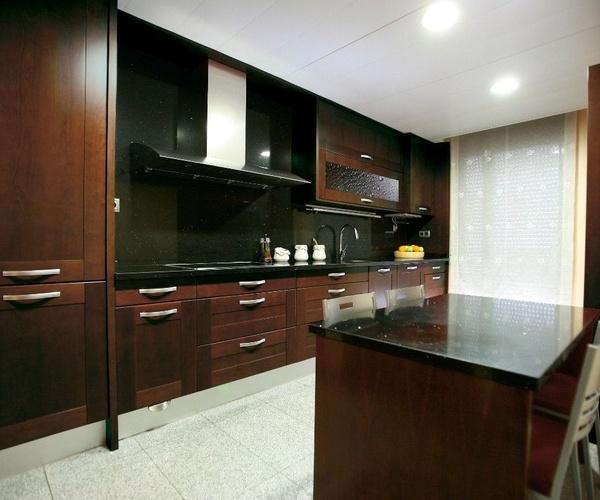 Cocina de madera barnizada rústica