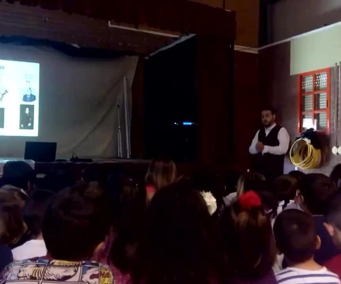 """Luigi interpreta el aria """"Dies bildnis ist bezaubernd schön"""", """"Un rostro tan encantador"""" de La Flauta Mágica de Mozart en el CEIP San Bernardo de Almería"""