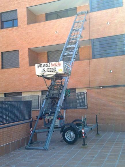 Alquiler de elevador por fachada para mudanzas en Alcala