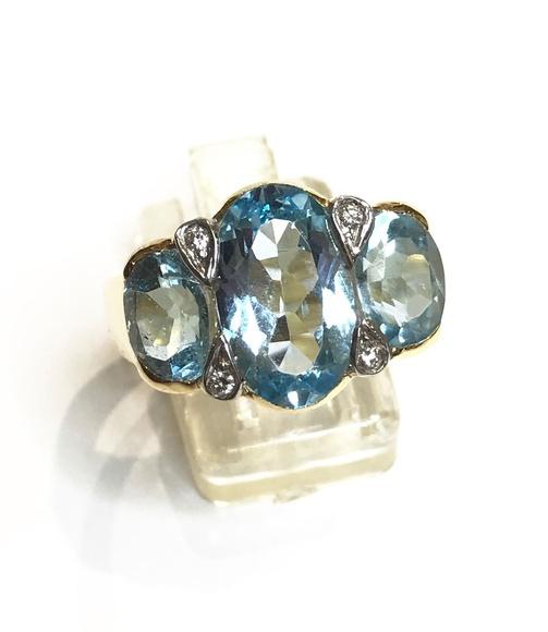Sortija con topacios azules y brillantes.: Catálogo de Antigua Joyeros