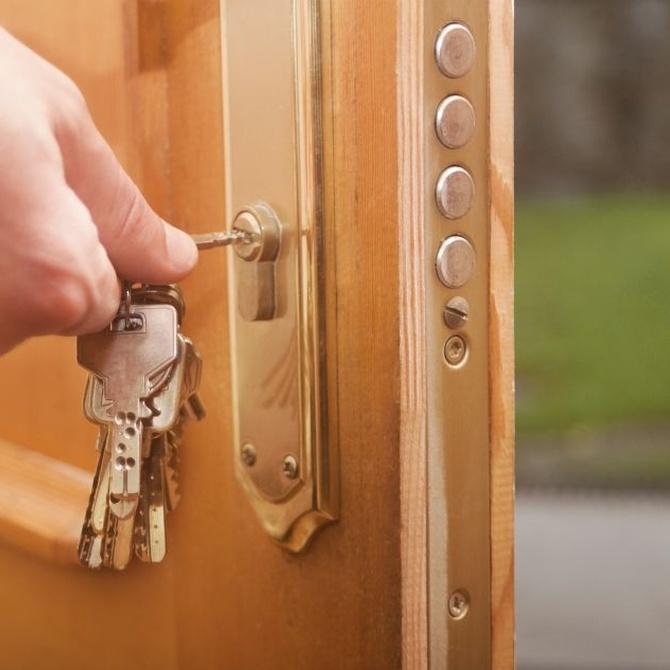 Tres razones para añadir un cerrojo a la puerta de tu vivienda