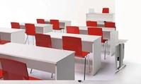 composición de aula con mesas ambax blancas y sillas fijas rojas