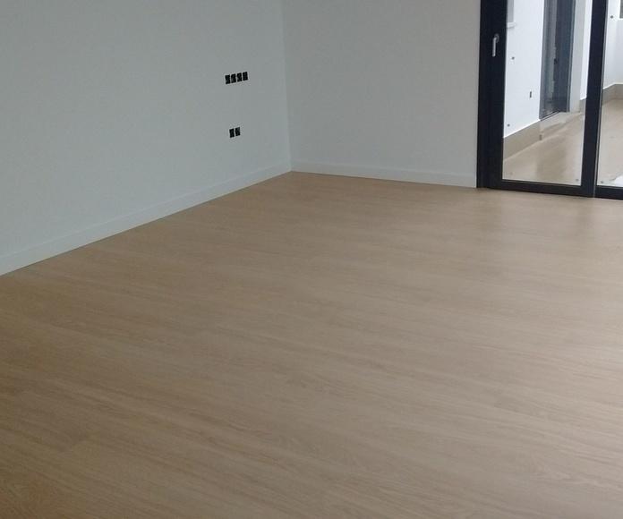 Instalador de suelos laminados. Suelo laminado AC4 con zócalo lacado en blanco de 12cm. Instaladordetaima.com, Instalador de pavimentos y Suelos Laminados en Málaga