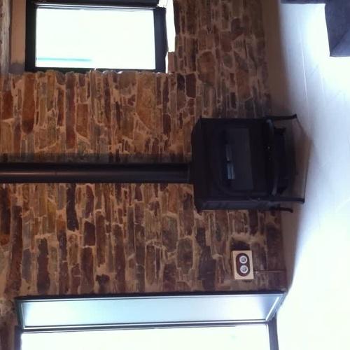 Estufa JOTUL F400 salida humos con encuentros en madera decorativos
