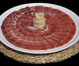 Venta y degustación de jamones, embutidos, queso y vino
