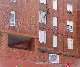 Empresas de trabajos verticales reparación de caravista en Santander.