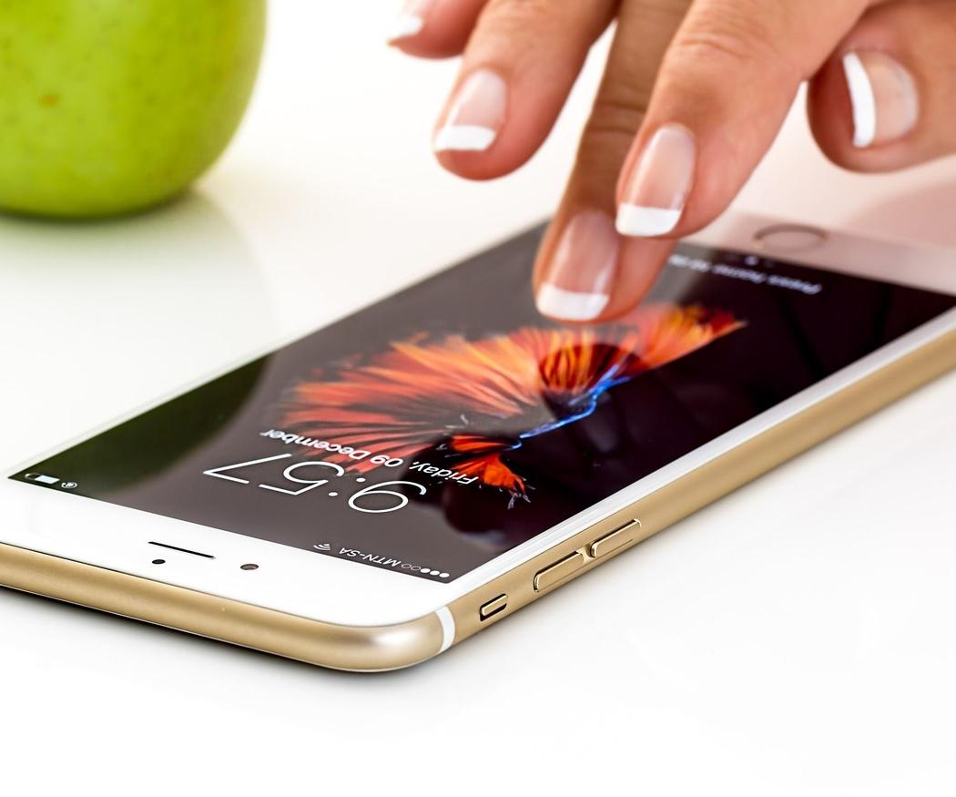 Cómo debes limpiar la pantalla de tu móvil y por qué