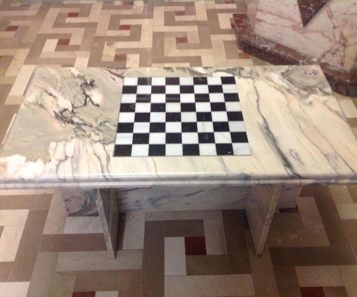 Mesa en mármol portugués con incrustación de tablero en macael y marquina