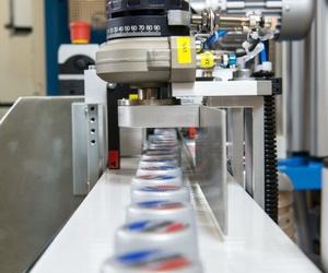 Máquina que combina la impresión por tampón y la individualización mediante láser