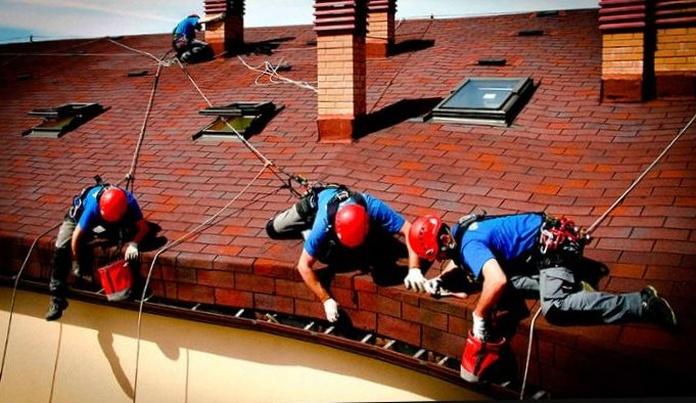 Limpieza canalones en cubierta inclina en comunidad de vecinos