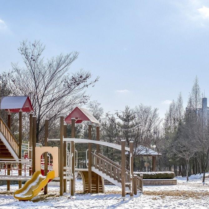 Los parques infantiles estimulan el desarrollo de los niños