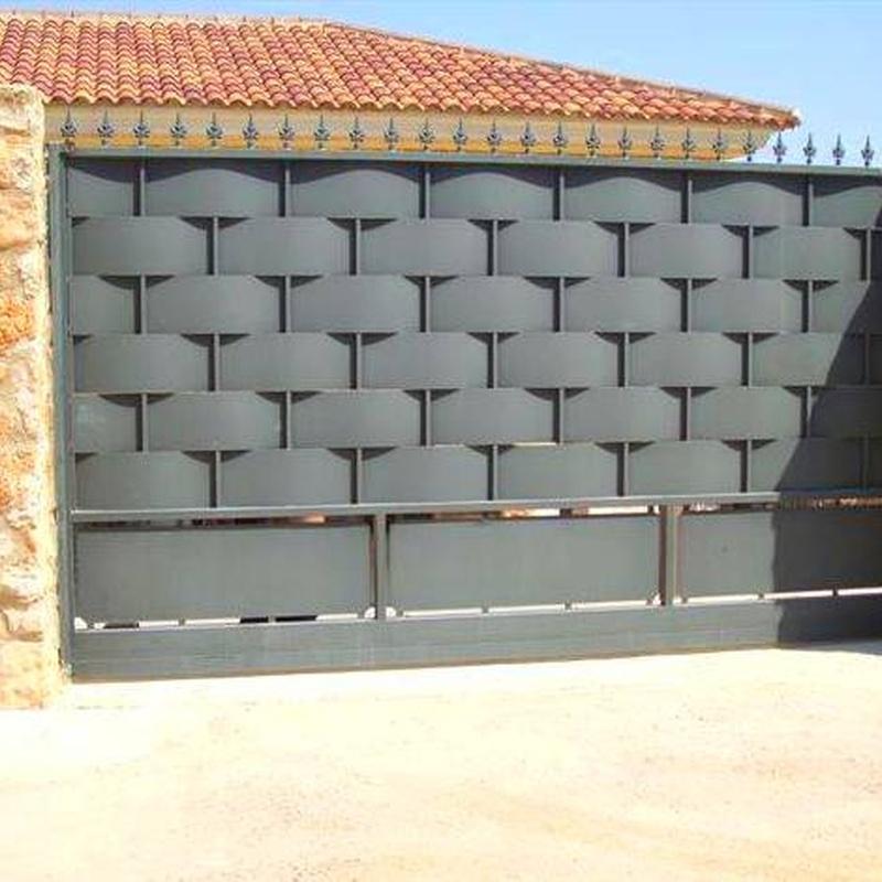 Puerta de chapa entrelazada con zocalo