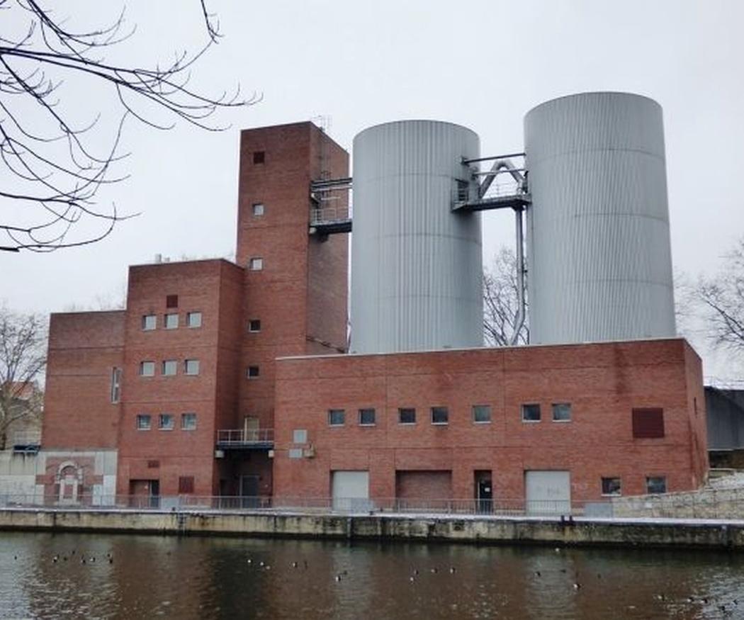 ¿En qué se diferencian principalmente las tolvas y los silos?
