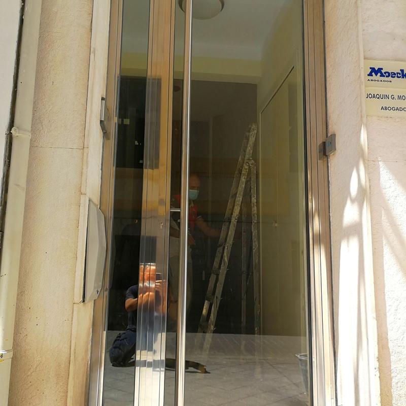 Puerta de acceso de acero inoxidable y vidrio