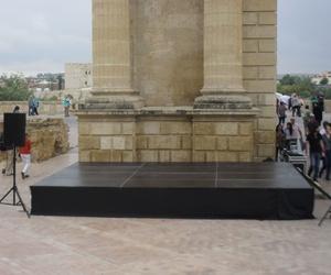 Escenario montado a pie del arco del triunfo en cordoba.