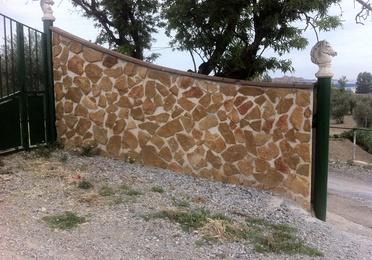 Cerramiento de parcelas con placas acabadas en piedra natural.
