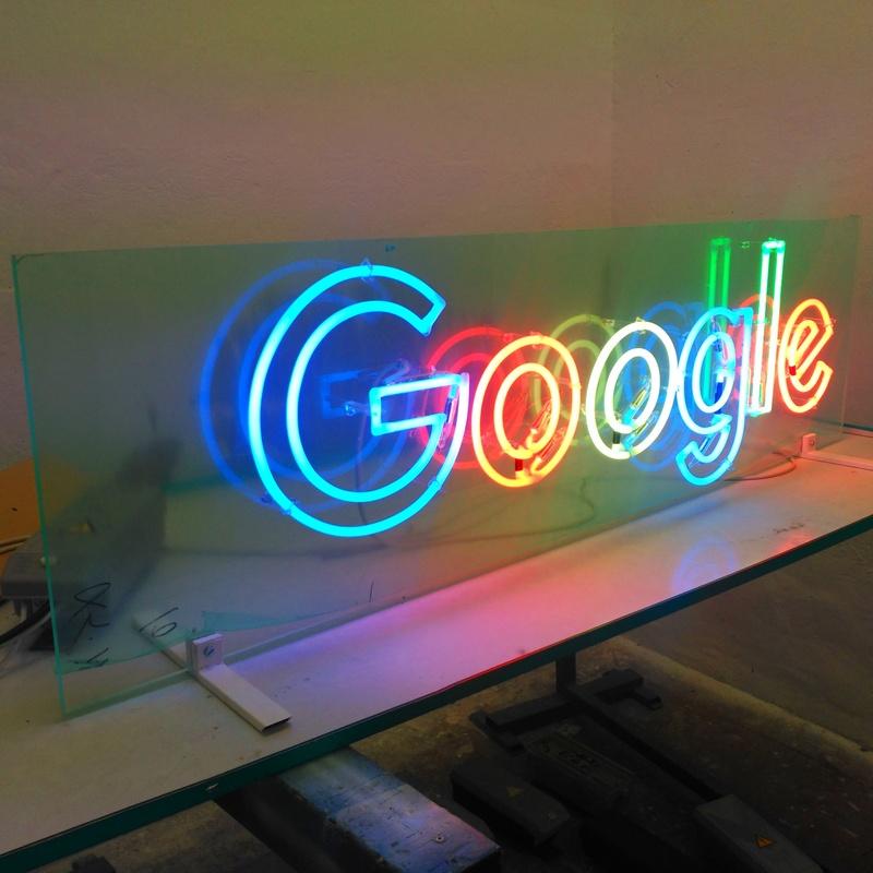 Neón. Logotipo de Google a doble trazo